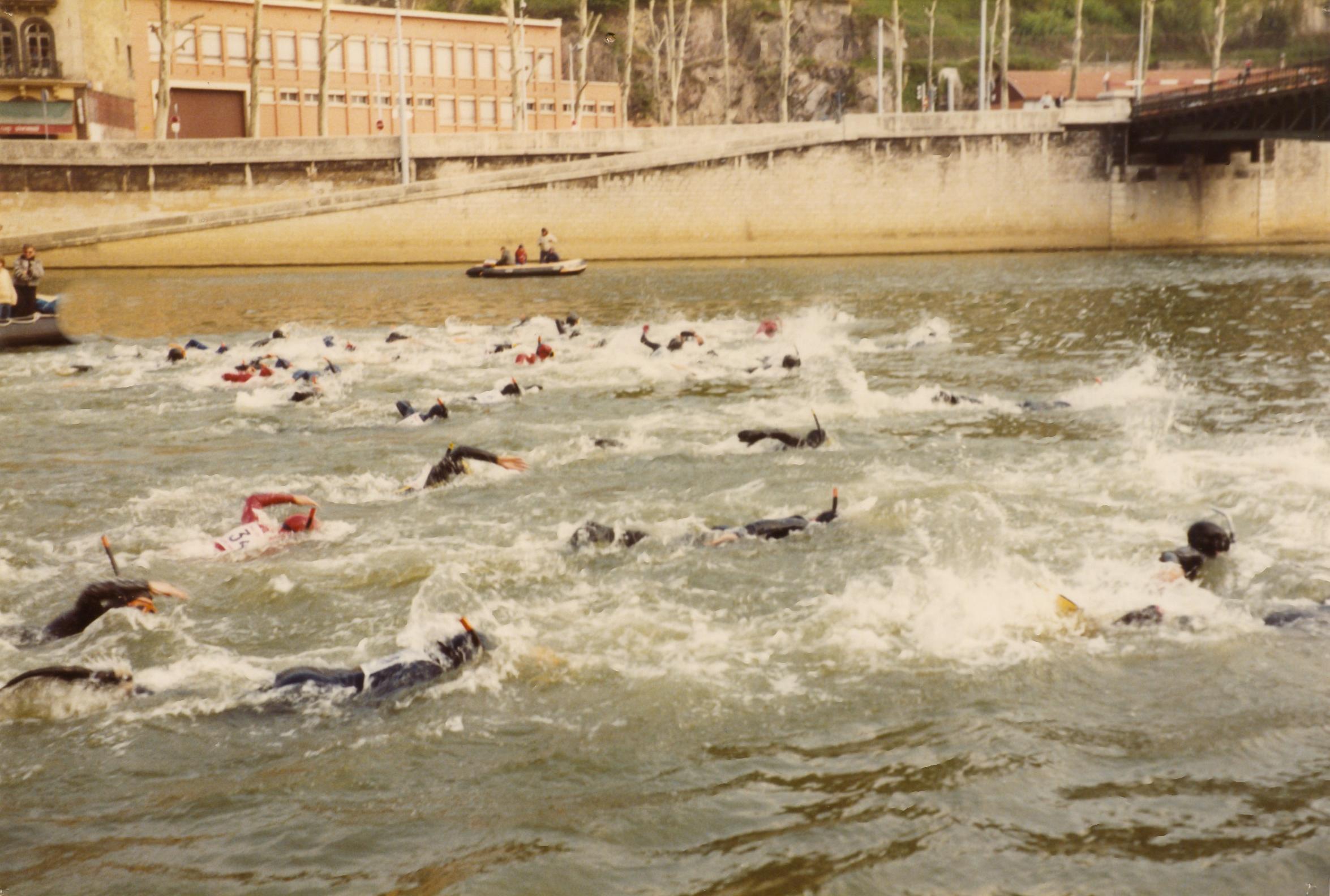 Traversée de Lyon à la nage par le club Thalassa de la MJC